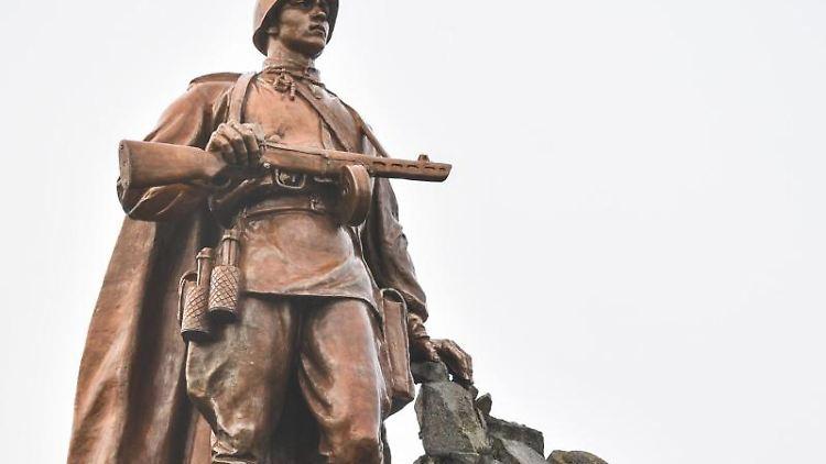 Die Statue eines Sowjetsoldaten, aufgenommen auf dem Gelände der Gedenkstätte Seelower Höhen. Foto: Patrick Pleul/Archiv
