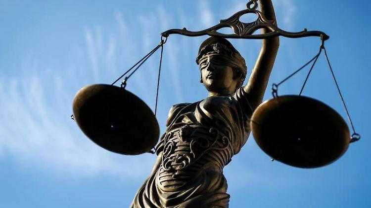 Eine Statue der Justitia hält eine Waage in ihrer Hand. Foto: David-Wolfgang Ebener/Archiv
