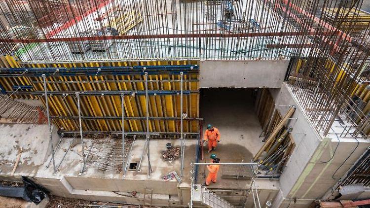 Bauarbeiten laufen am Ausgang Ost der neuen S-Bahn-Station an den Gateway Gardens in der Nähe des Flughafens. Foto: Frank Rumpenhorst/Archiv