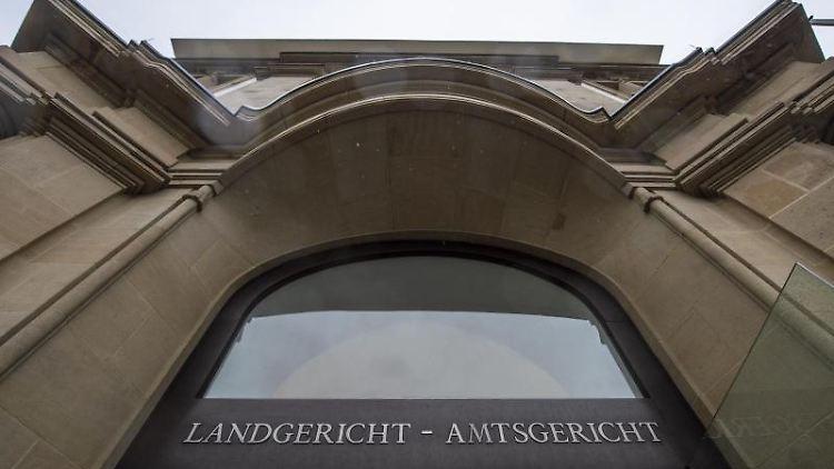 Der Eingang des Landgerichts Duisburg.Foto:Christophe Gateau/Archivbild