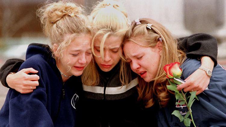 Schülerinnen der Columbine Highschool trauern am Tag nach dem Amoklauf.
