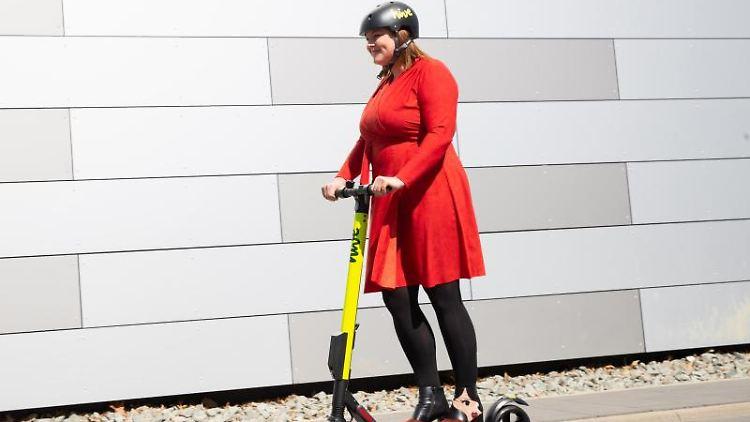Katharina Fegebank (Grüne), Hamburgs Zweite Bürgermeisterin und Wissenschaftssenatorin, fährt mit einem E-Scooter. Foto: Christian Charisius
