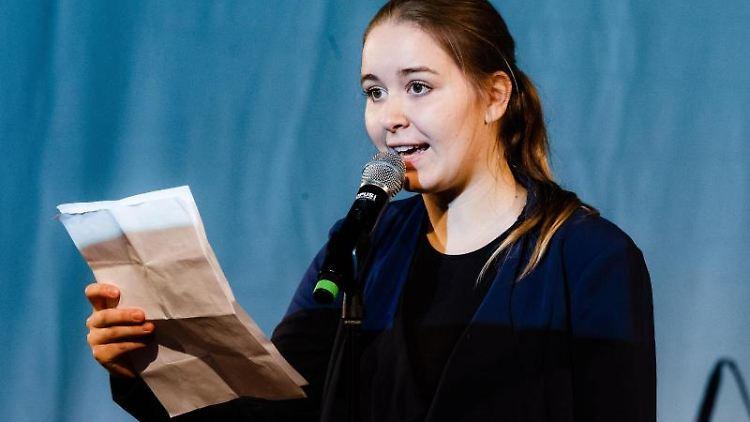Die Poetry Slammerin Mona Harry trägt einen Text vor. Foto: Markus Scholz/Archivbild