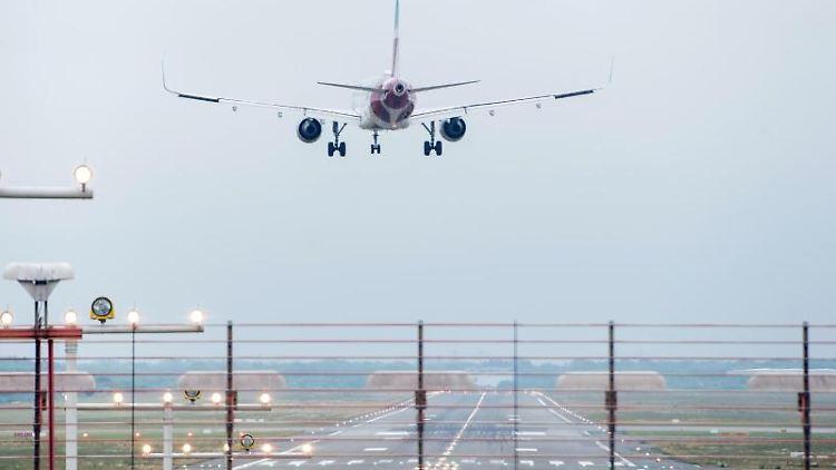 Ein Flugzeug landet am Helmut-Schmidt-Airport. Foto: Daniel Bockwoldt/Archivbild
