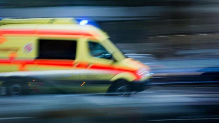 Ein Krankenwagen im Einsatz fährt über eine Straße. Foto: Arno Burgi/Archivbild