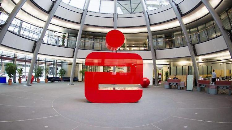 Das Logo der Sparkasse steht in einer Filiale der Hamburger Sparkasse (Haspa). Foto: Daniel Reinhardt/Archivbild