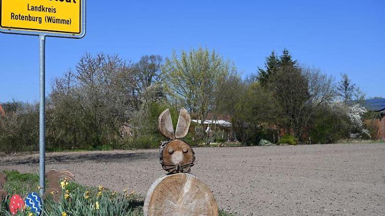 Ein Ostergruß steht am Ortseingang von Ostereistedt. Foto: Carmen Jaspersen
