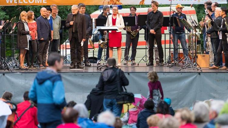 Musiker bei der Eröffnung des Internationalen Straßentheaterfestivals