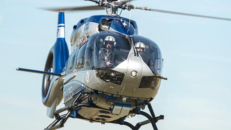 Ein Polizei-Hubschrauber fliegt durch die Luft.Foto: Wolfram Kastl/Archivbild