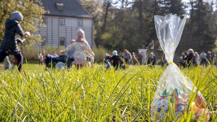 Kinder suchen vor Goethes Gartenhaus im Park an der Ilm nach Beuteln mit