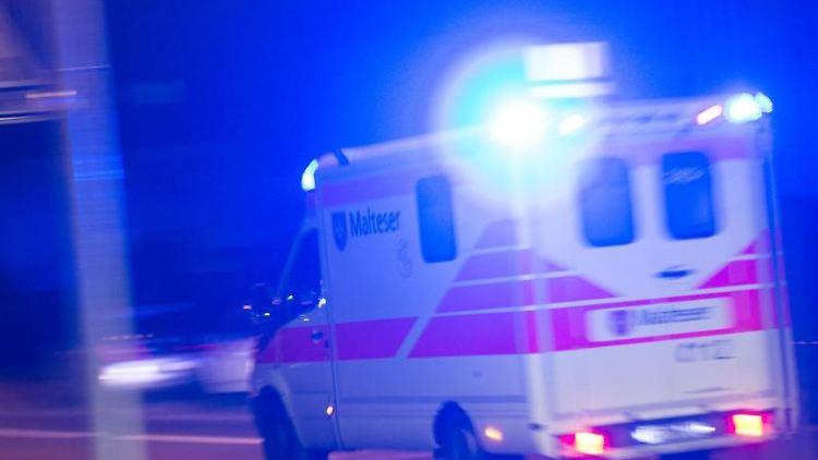 Ein Rettungswagen fährt mit Blaulicht über eine Straße. Foto: Patrick Seeger/Archivbild