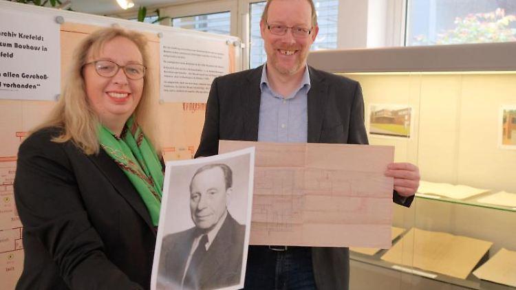 Christoph Moß und Stefanie van de Kerkhof stellen die bislang unbekannten Pläne von Haus Esters vor. Foto: L.Strücken/Stadt Krefeld
