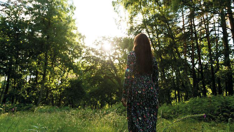 2018_Eden Books_Franziska Jebens_Franziska im Wald mit dem Ruecken zur Kamera_©Nico Klein-Allermann_LOWRES.jpg