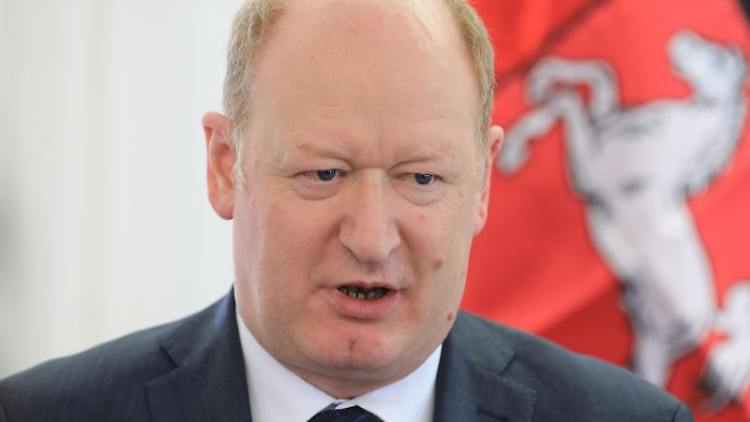 Reinhold Hilbers (CDU), Finanzminister von Niedersachsen, imGespräch. Foto: Peter Gercke/Archivbild