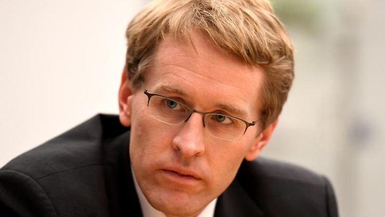 Daniel Günther (CDU), Ministerpräsident von Schleswig-Holstein, sitzt bei einem Interview in seinem Büro. Foto: Carsten Rehder/Archivbild