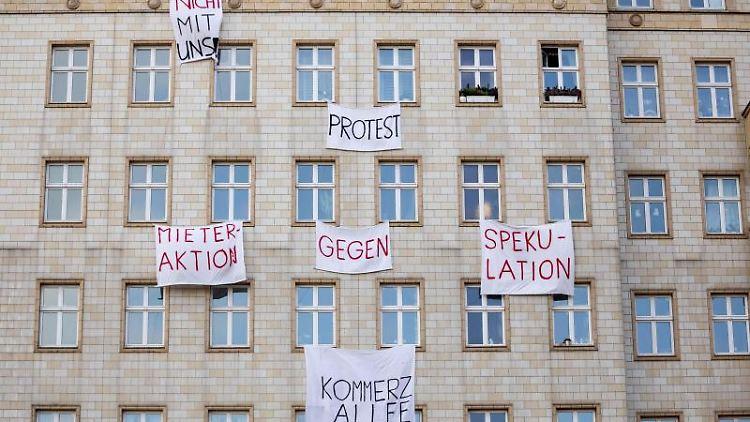 Plakate gegen den Verkauf von Mietwohnungen an einer Gebäudefassade in der Karl-Marx-Allee. Foto: Christoph Soeder/Archivbild