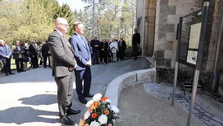 Bodo Ramelow (Die Linke, r.) und Ralf Kirsten stehen vor der Gedenktafel für die Toten des KZ Buchenwald. Foto: Bodo Schackow