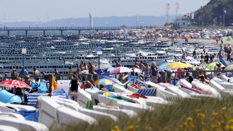 Das warme Sommerwetter sorgt für volle Ostseestrände. Foto: Bernd Wüstneck/Archivbild