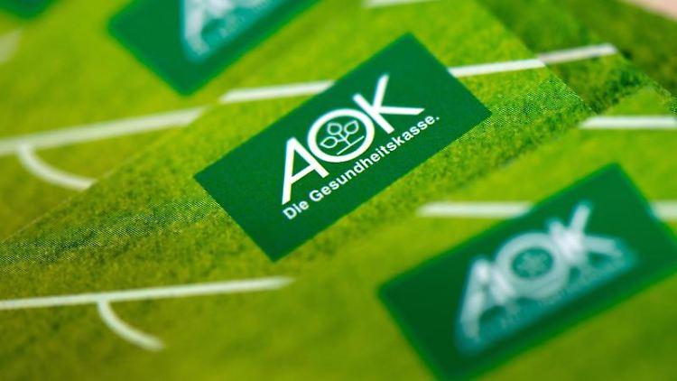 In einer neuen Niederlassung der AOK Plus liegt Werbematerial der Krankenkasse aus. Foto: Arno Burgi/Archivbild