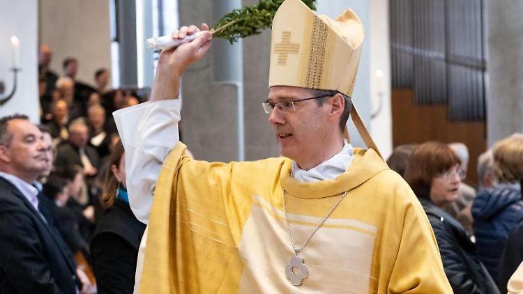 Heiner Wilmer, der Bischof des Bistums Hildesheim, segnet am Ostersonntag beim Gottesdienst im Dom die Gläubigen. Foto:Peter Steffen
