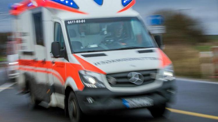 Ein Rettungswagen mit Blaulicht. Foto: Jens Büttner/Archiv