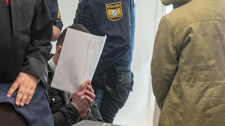 Zwei von vier Angeklagten sitzen in dem Verhandlungssaal des Amberger Amtsgerichts. Foto: Armin Weigel