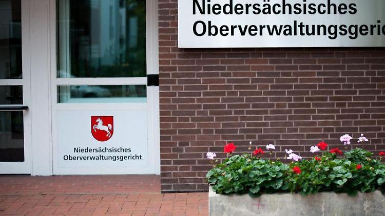 Das Schild des Niedersächsischen Oberverwaltungsgericht Lüneburg. Foto: Philipp Schulze/Archivbild