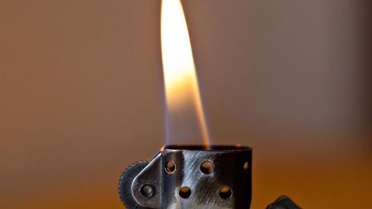 Blick auf eine brennende Flamme eines Benzin-Feuerzeugs. Foto: Daniel Karmann/Archivbild