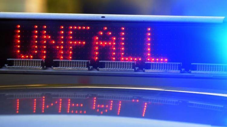 Auf einem Polizeifahrzeug warnt auf der Autobahn eine Leuchtschrift vor einer Unfallstelle. Foto: Stefan Puchner/Archivbild