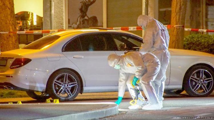 Polizisten der Spurensicherung untersuchen einen Tatort. Foto: Dettenmeyer/SDMG