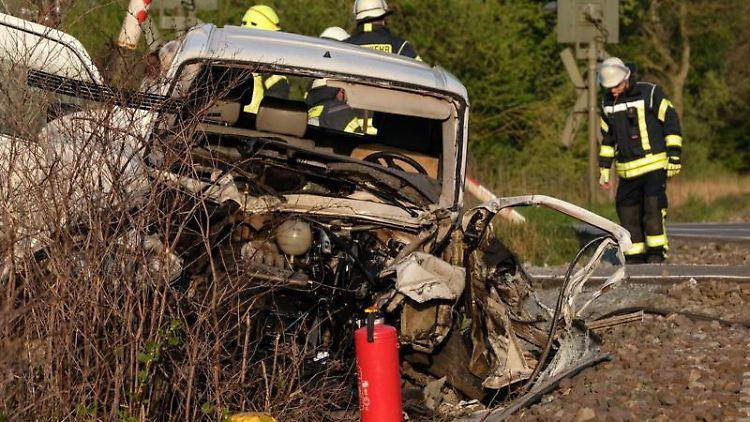 Feuerwehrleute sichern eine Unfallstelle an einem Bahnübergang. Foto: Lars Klemmer/Archivbild