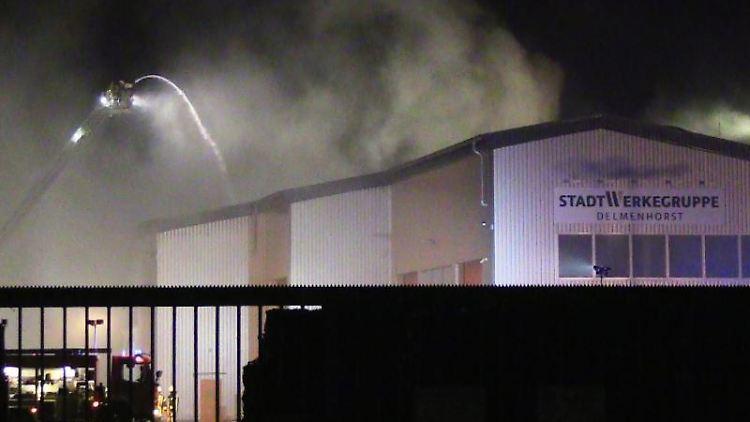 Die Feuerwehr ist bei einem Brand in einem Abfallbetrieb im Einsatz. Foto: Nord-West-Media/Archivbild