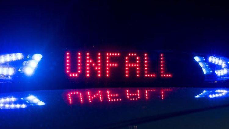 Blaulicht leuchtet auf dem Dach eines Polizeiwagens, auf dem Display ist der Hinweis