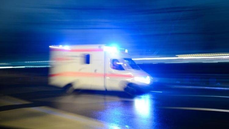 Ein Rettungswagen fährt auf der Straße mit Blaulicht entlang. Foto: Lukas Schulze/Archiv
