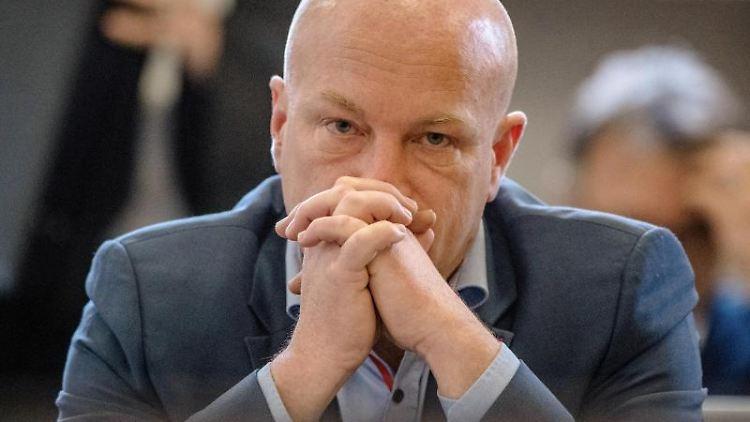 Joachim Wolbergs (SPD), suspendierter Regensburger Oberbürgermeister, sitzt im Landgericht im Verhandlungssaal. Foto: Armin Weigel/Archiv