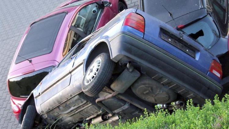 In ungewöhnlicher Position liegt ein Auto auf zwei anderen Fahrzeugen in Büdingen. Foto: Polizeipräsidium Mittelhessen