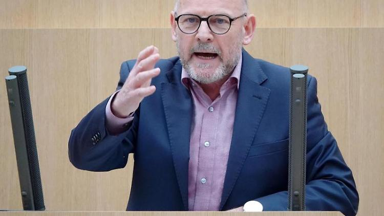 Winfried Hermann (Die Grünen) spricht im Landtag bei einer Debatte. Foto: Simon Sachseder/Archivbild