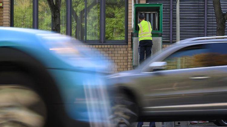 Mitarbeiter der Firma Mann+Hummel rüstet Filtersäulen am Neckartor nach. Foto: Sebastian Gollnow