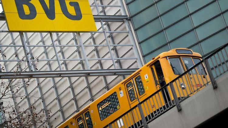 Eine U-Bahn fährt unter einem Schild mit der Aufschrift