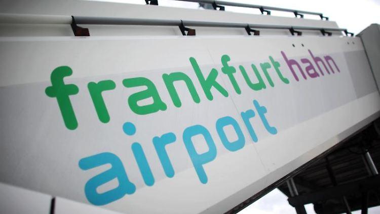 Eine Flugzeugtreppe steht auf dem Flughafen Frankfurt-Hahn. Foto: Fredrik von Erichsen/Archivbild