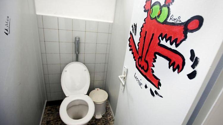 Von Schülern, Eltern und Lehrern frisch gestrichen und bemalt präsentiert sich ein Toilettentrakt einer Schule. Foto: Frank Rumpenhorst/Archiv