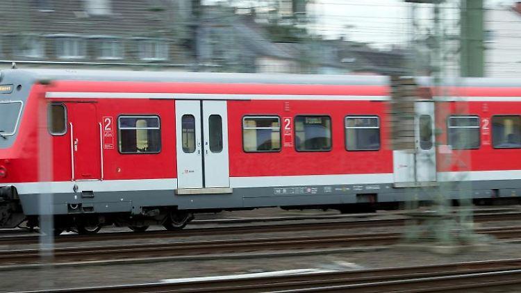 Eine S-Bahn fährt auf Gleisen entlang. Foto: Federico Gambarini/Archivbild