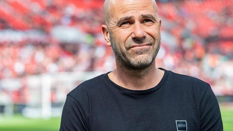 Leverkusens Trainer Peter Bosz steht vor dem Spiel am Spielfeldrand. Foto:Guido Kirchner/Archivbild