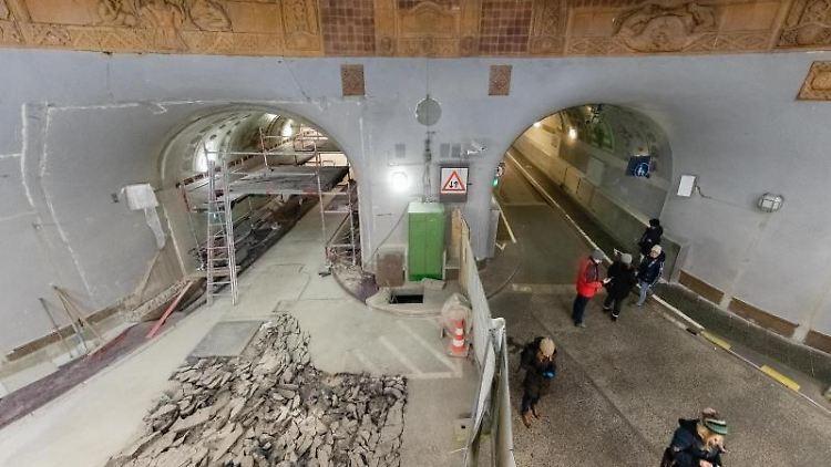 Im Rahmen der Sanierung des St.Pauli-Elbtunnels ist die Oströhre wegen Asphaltierungsarbeiten gesperrt. Foto: Markus Scholz/Archivbild