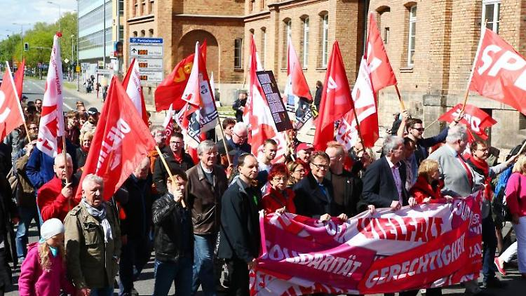 Teilnehmer einer Demonstration des Deutschen Gewerkschaftsbundes laufen durch die Innenstadt von Erfurt. Foto: Bodo Schackow/Archivbild