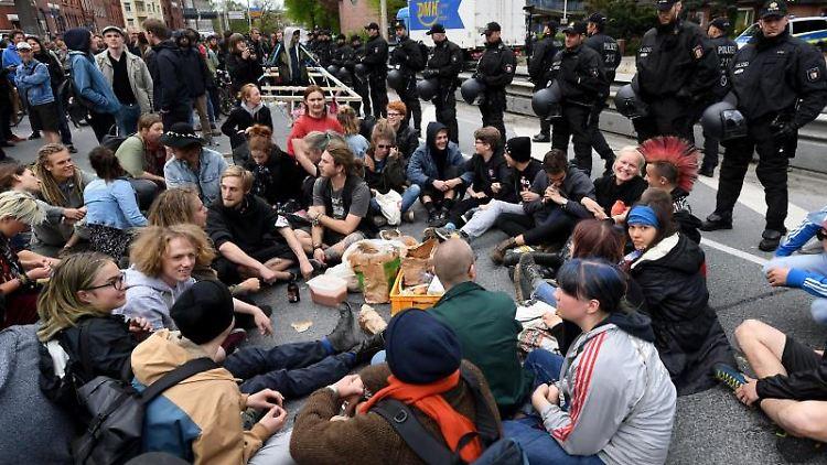 Demonstranten blockieren bei einer Protestaktion gegen Autoverkehr den vielbefahrenen Theodor Heuss Ring. Foto:CarstenRehder