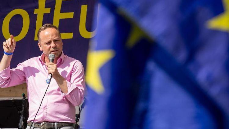 Daniel Röder spricht von bei der Pulse of Europe-Demonstration für Europa vor der Europawahl 2019 auf dem Neumarkt. Foto: Daniel Schäfer