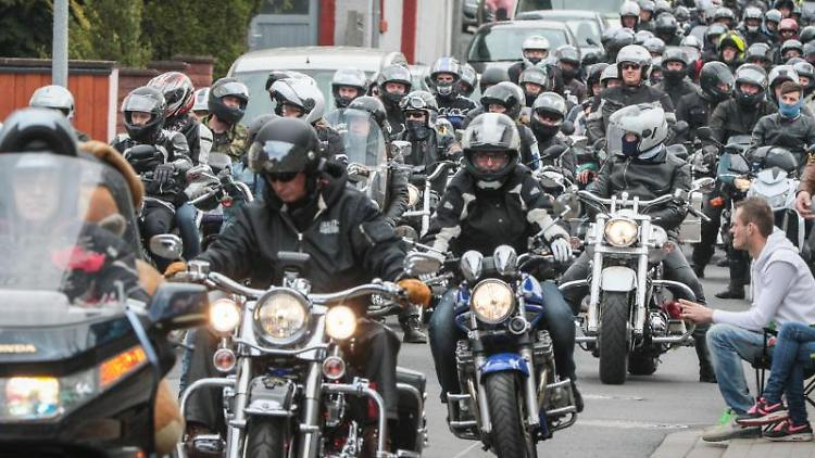 Hunderte Motorräder fahren beim offiziellen Beginn der Motorradsaison