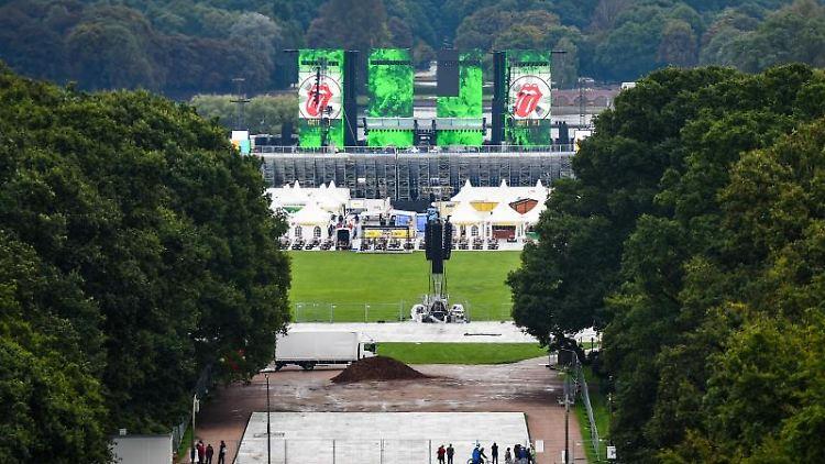 Auf Bildschirmen im Hamburger Stadtpark ist das Logo der Rolling Stones zu sehen. Foto: Christophe Gateau/Archivbild
