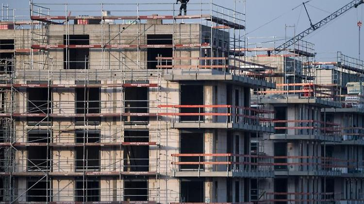 Ein Baugerüst steht an einem Rohbau für Neubau-Wohnungen. Foto: Bernd von Jutrczenka/Archiv